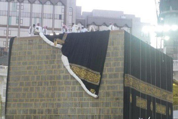 Photo of The Holy Kaaba's Kiswa replaced