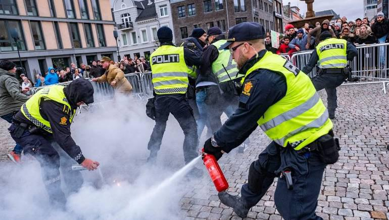 Photo of Norway: Far-right extremist tries to burn a copy of the Holy Quran