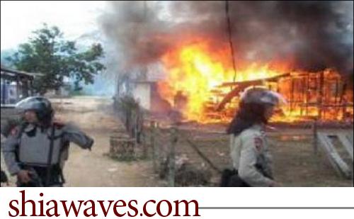 تصویر سوزاندن منازل شیعیان و حسینیه های آنها در اندونزی همچنان ادامه دارد