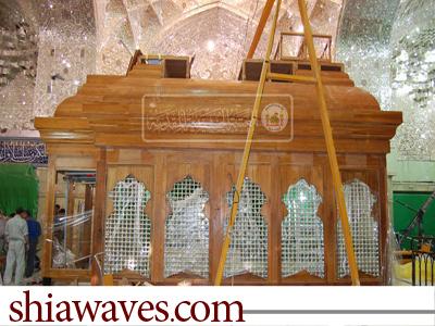 تصویر اتمام نصب سازه چوبی ضریح مقدس امام حسین علیه السلام + تصاویر