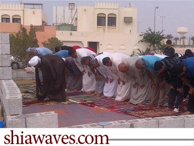 تصویر برگزاری نماز جماعت در مساجد تخریب شده بحرین