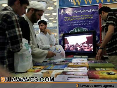 تصویر استقبال پر شور از آثارعلمی  آیت الله العظمی شیرازی در نمایشگاه کتاب تهران