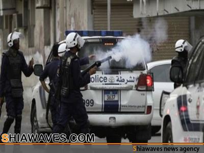 تصویر حمله به تشییع کنندگان شهید بحرینی  با گلوله ساچمه ای و گاز اشک آور