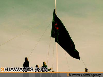 """تصویر برافراشته شدن پرچم """"ياحسين"""" در دانشگاهها و دانشکده های عراق"""
