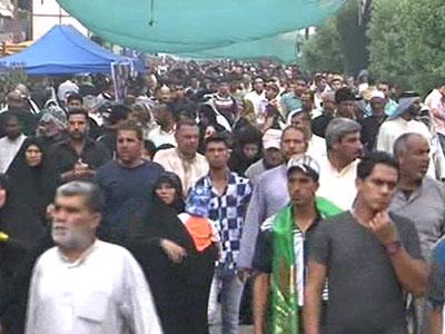 تصویر راهپیمایی هزاران زائر با پای پیاده به سوی کاظمین