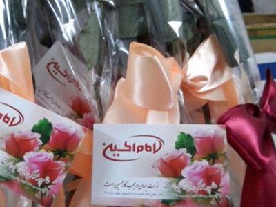 تصویر اهدای هزاران شاخه گل به بینندگان شبکه جهانی امام حسین علیه السلام در سراسر دنیا