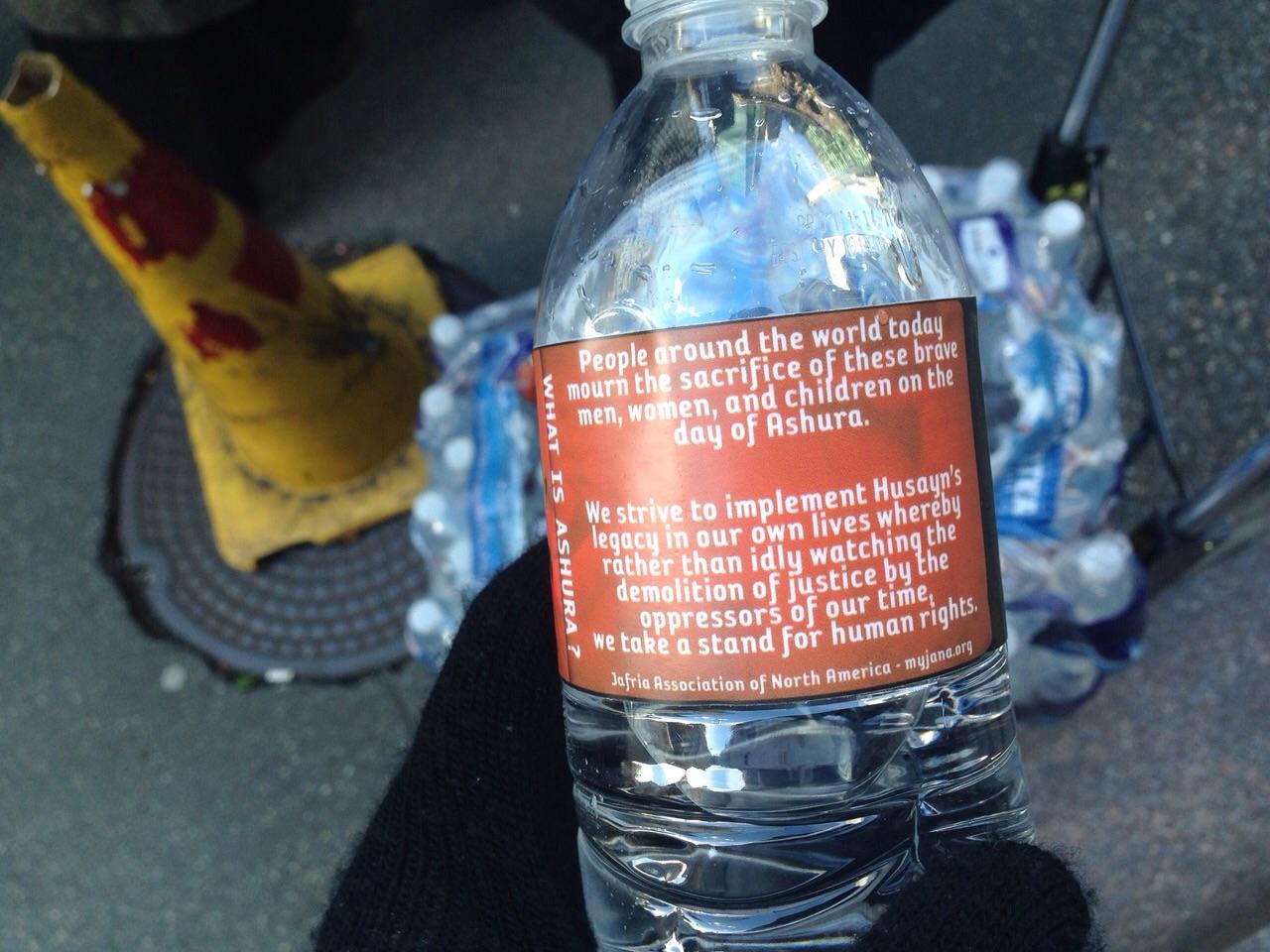تصویر عزاداری خیابانی و توزیع آب رایگان با شعار های حسینی در مرکز شهر نیویورک