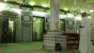 تصویر جلوگیری سرویس های امنیتی مصر از تعرض سلفی ها به عزاداران حسینی