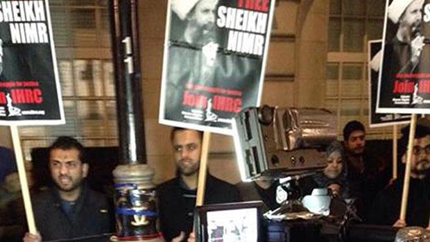 تصویر تجمع اعتراض آمیز شهروندان عربستانی مقابل سفارت این کشور در لندن
