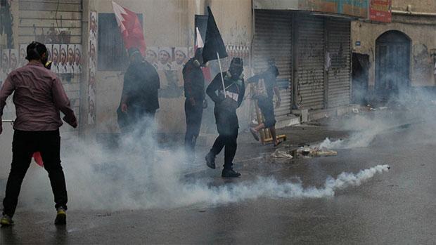 تصویر حمله به عزاداران در تشییع شهید بحرینی