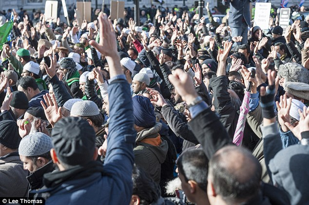 تصویر اعتراض مسلمانان لندن به روزنامه شارلی ابدو