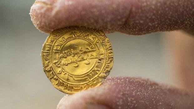 تصویر کشف سکه هایی با قدمت هزار ساله با ضرب لا اله الا الله، محمد رسول الله، علی ولی الله