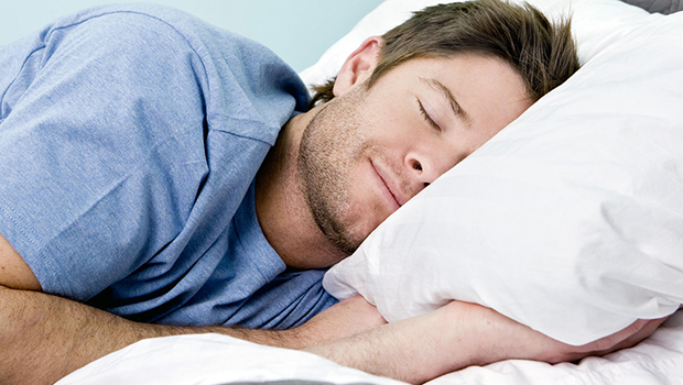 تصویر مضرات روشن بودن چراغ هنگام خواب
