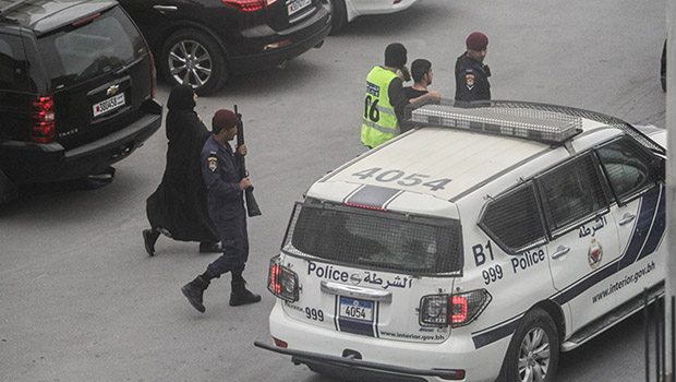 تصویر حمله نقابداران و نیروهای بحرینی به تظاهرات و تحصن مسالمت آمیز  مردم