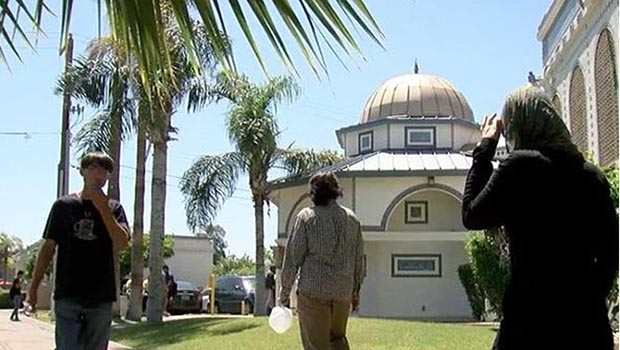 تصویر حضور رهبران ادیان مختلف در مسجدی در شهر تمپی آمریکا، برای محکومیت گروهی اسلام ستیز