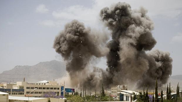 تصویر بمباران تعز ، علی رغم اعلام توقف حملات عليه یمن