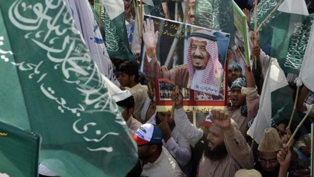 تصویر افراطیهای پاکستان خواهان کمک به عربستان در حمله به یمن