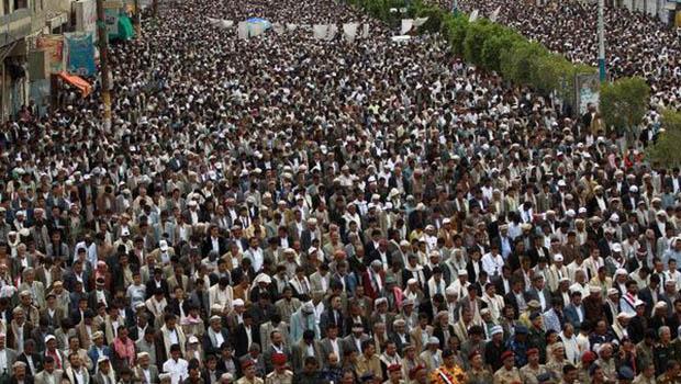 تصویر محکومیت متجاوزان سعودی، در تظاهرات دهها هزار نفری یمنی ها در صنعا