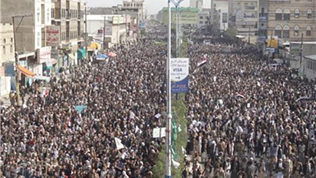 تصویر تظاهرات مردم صنعا برای رفع محاصره ، و محکومیت جنایات سعودی ها در یمن
