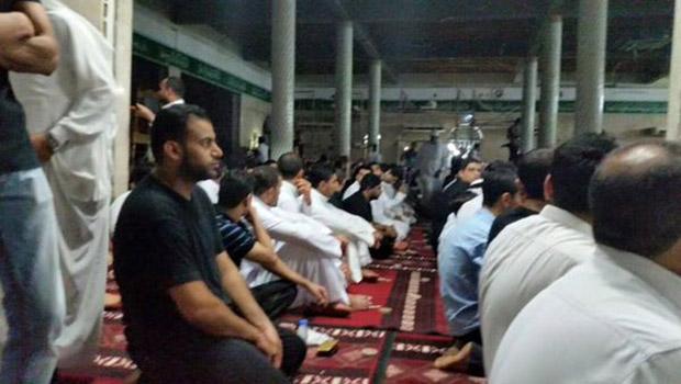 """تصویر اقامه نماز در مسجد امام علی علیه السلام """"شهادتگاه شیعیان"""" در قدیح عربستان"""