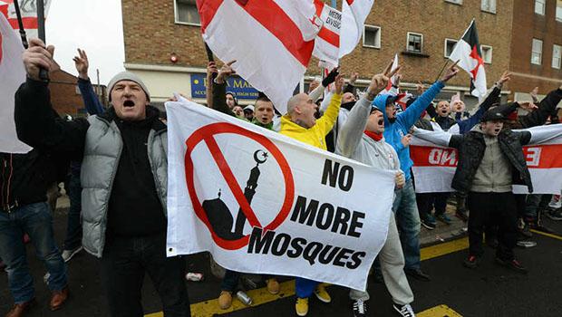 تصویر تظاهرات اسلام ستیزان انگلیسی علیه ساخت مساجد مسلمانان