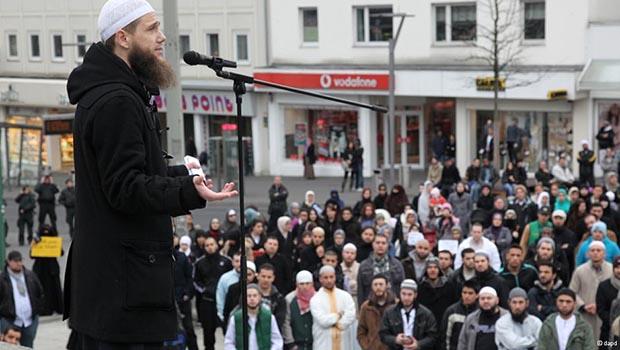 تصویر تبلیغات وسیع سلفی ها و سنی های افراطی، در مساجد اروپا