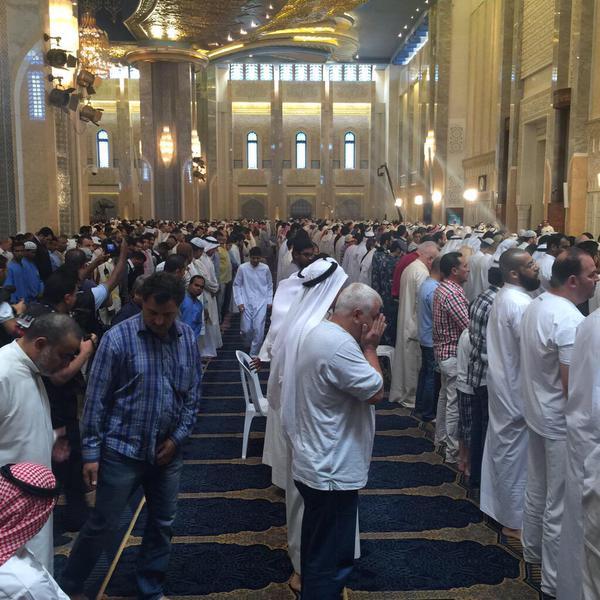 تصویر اقامه نماز مشترك بين شيعيان و سنى هاى كويت