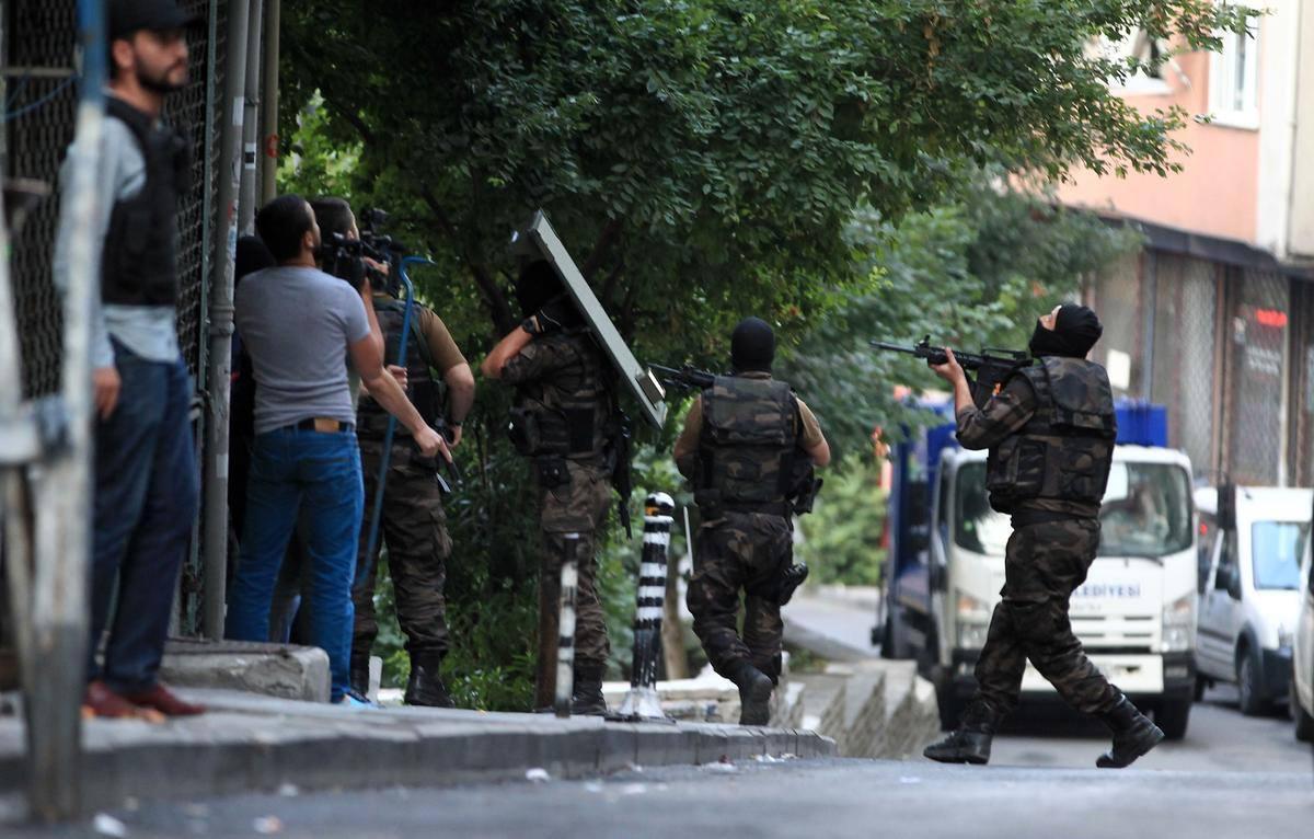 تصویر دستگیری مظنونين به ارتباط با داعش ، در ترکیه