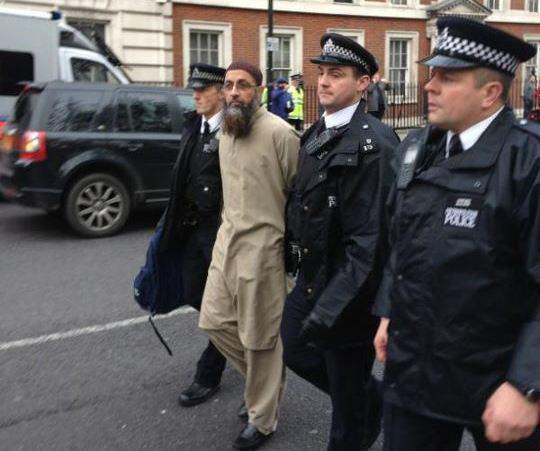 تصویر بازداشت يك مبلغ وهابى حامی داعش، در انگلیس