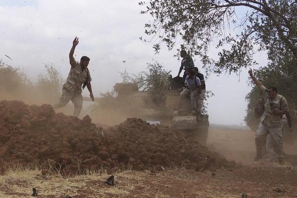 تصویر دفع شدیدترین حمله تکفیریها توسط شيعيان فوعه و كفريا / کشتهشدن 300 تروریست و غنیمت گرفتن یک تانک