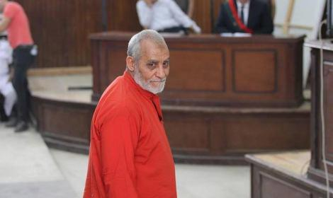تصویر رهبر و مقامات اخوان المسلمین، در دادگاه جنایی مصر