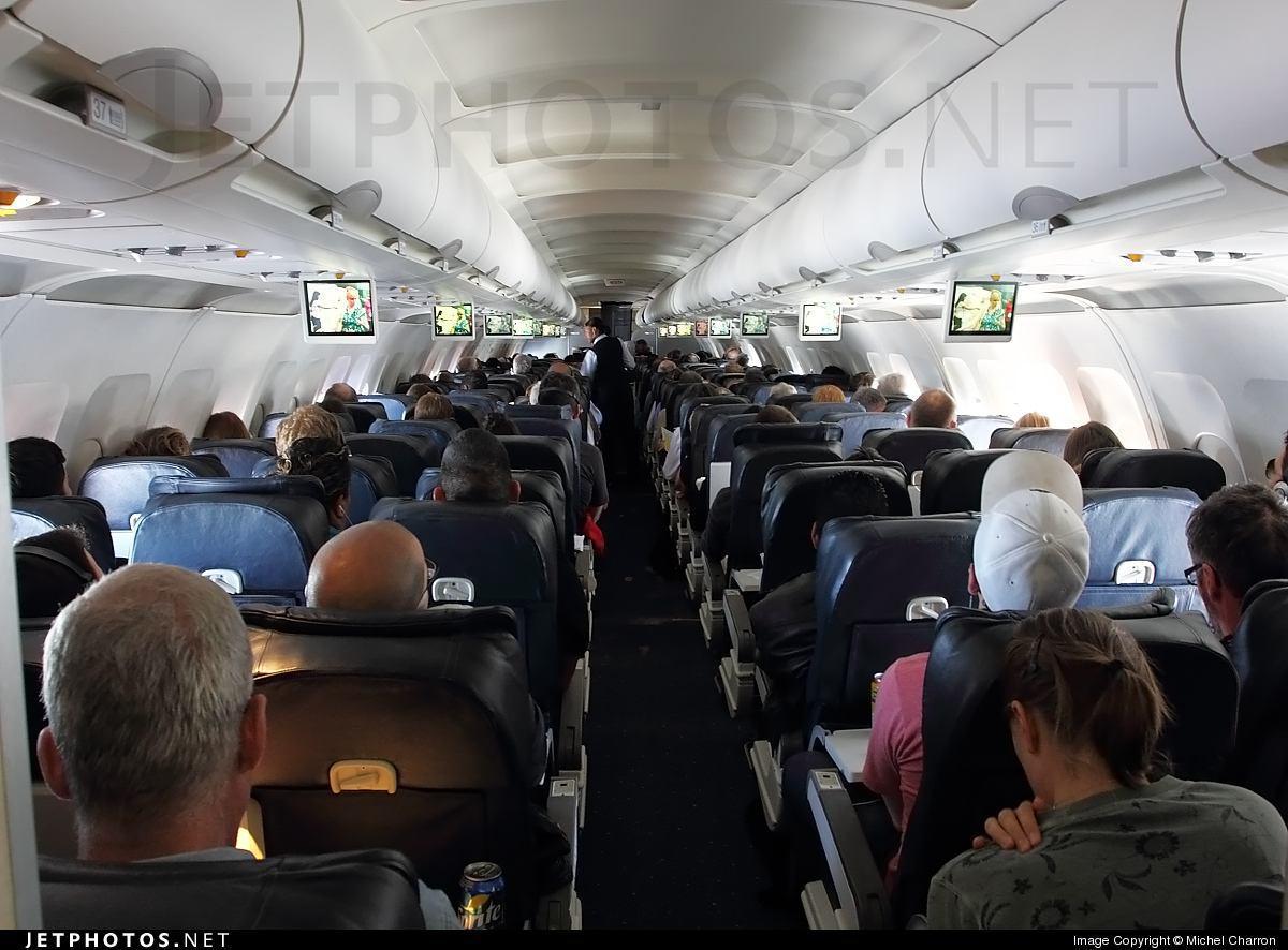 تصویر تعلیق از کار مهمان دار هواپیما ، به دلیل عمل به دستورات اسلامی