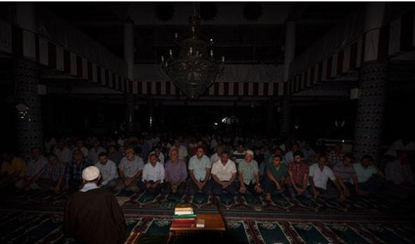 تصویر اعتراض شیعیان به قطع برق مسجد امام علی عليه السلام در استانبول