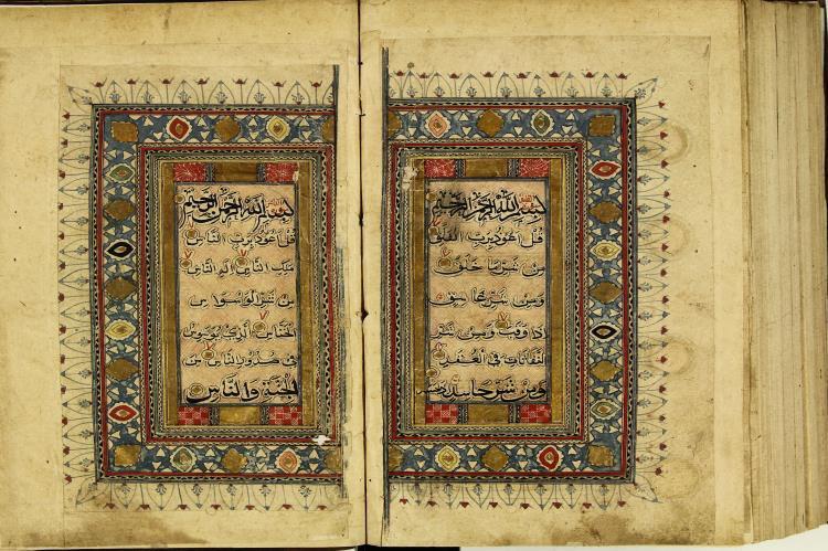 تصویر اهدای قرآن خطی نفیس به موزه آستان قدس، توسط خانواده ای آمریکایی