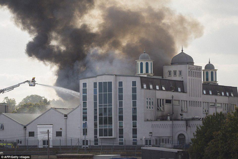 تصویر بازداشت دو نوجوان متهم به آتشسوزی مسجد مسلمانان، در لندن