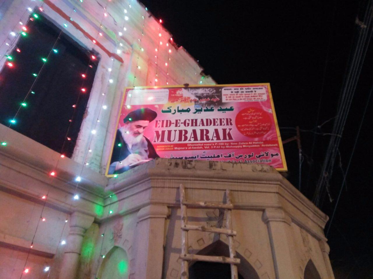 تصویر گزارش تصويرى – بنر تبريك عيد از سوى دفتر آيت الله العظمى شيرازى در سراسر شهر لكهنوى هندوستان