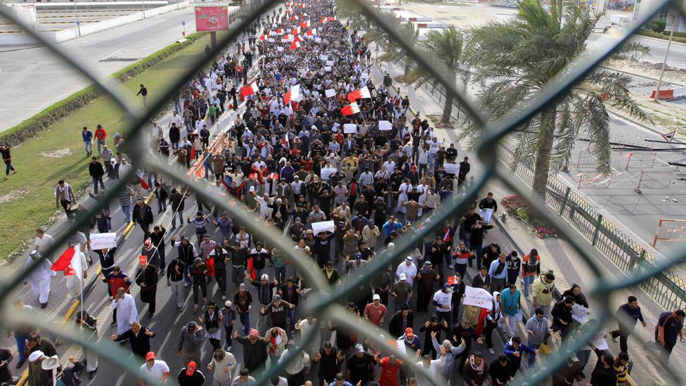 تصویر در اعتراض به حمله نیروهای آل خلیفه به شعائر دینی؛ بحرینیها مقابل وزارت کشور تظاهرات کردند