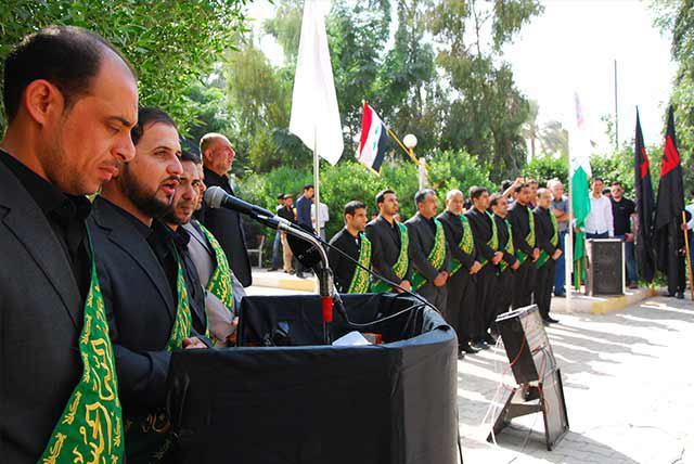 تصویر برافراشتن پرچم امام حسین علیه السلام در «دانشگاه اهل بیت» علیهم السلام