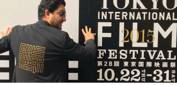 تصویر حضور بازیگر ایرانی با کُتی منقش به نام علی بن موسی الرضا علیه السلام، در جشنواره توکیو