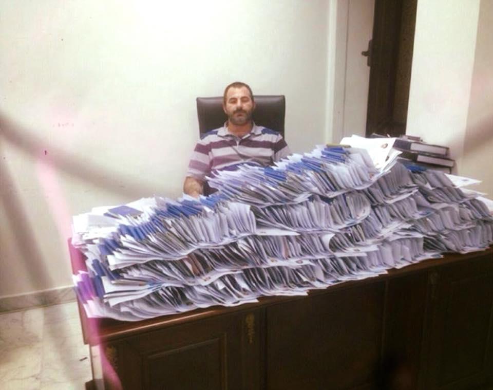 تصویر شب بيدارى كارمند مسيحى سفارت عراق براى صدور ويزاى زائران اربعين