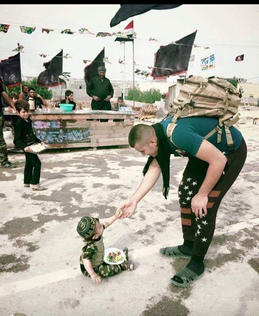 تصویر کوچکترین خادم عراقی زائران اربعین حسینی