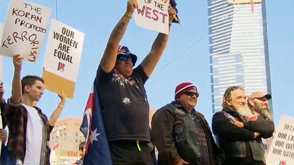 تصویر مداخله پليس استراليا در برخورد تظاهرکنندگان ضد اسلامي و تظاهرکنندگان ضدنژادپرستي، در ملبورن