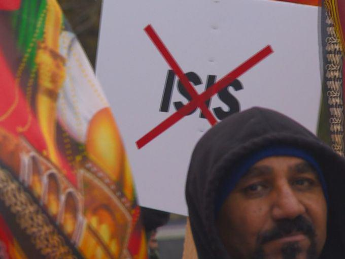 تصویر برگزاری راه پیمایی برائت از تروریسم، توسط صدها مسلمان در آمریکا