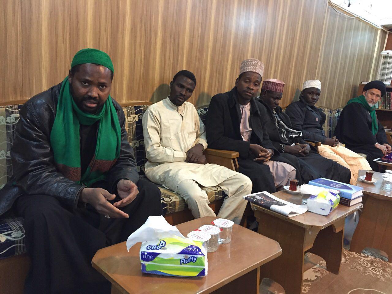 تصویر طلاب نيجريه اى ميهمان دفتر آيت الله العظمى شيرازى در شهر مقدس نجف