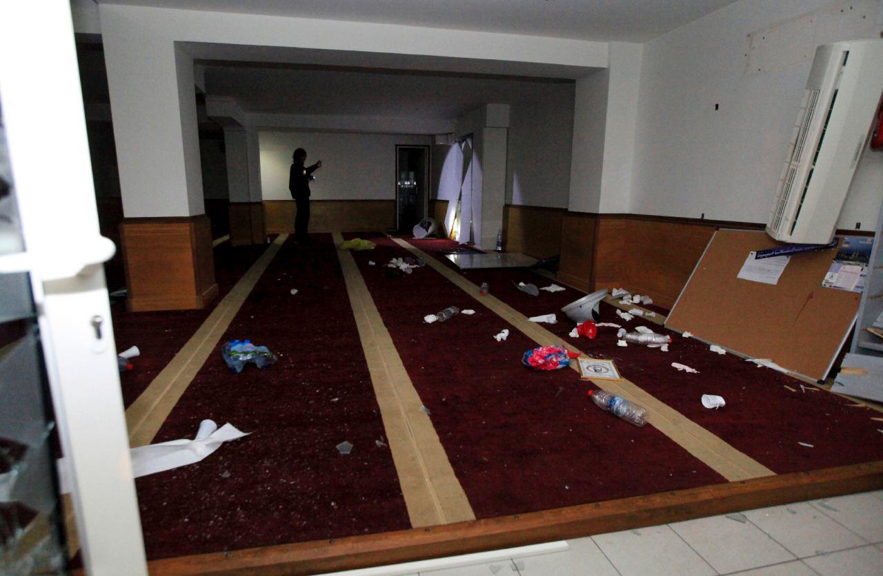 تصویر حمله افراطیون به نمازخانه مسلمانان و سوزاندن قرآن، در شهر آژاکسیو در فرانسه