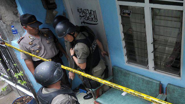 تصویر خنثی سازی طرح  بمب گذاری در مراکز شیعیان، با دستگیری  یک گروه تروریستی در اندونزی