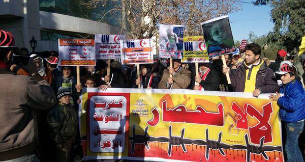 تصویر تجمع مردم سوریه در اعتراض به محاصره شهرهای شیعه نشین این کشور