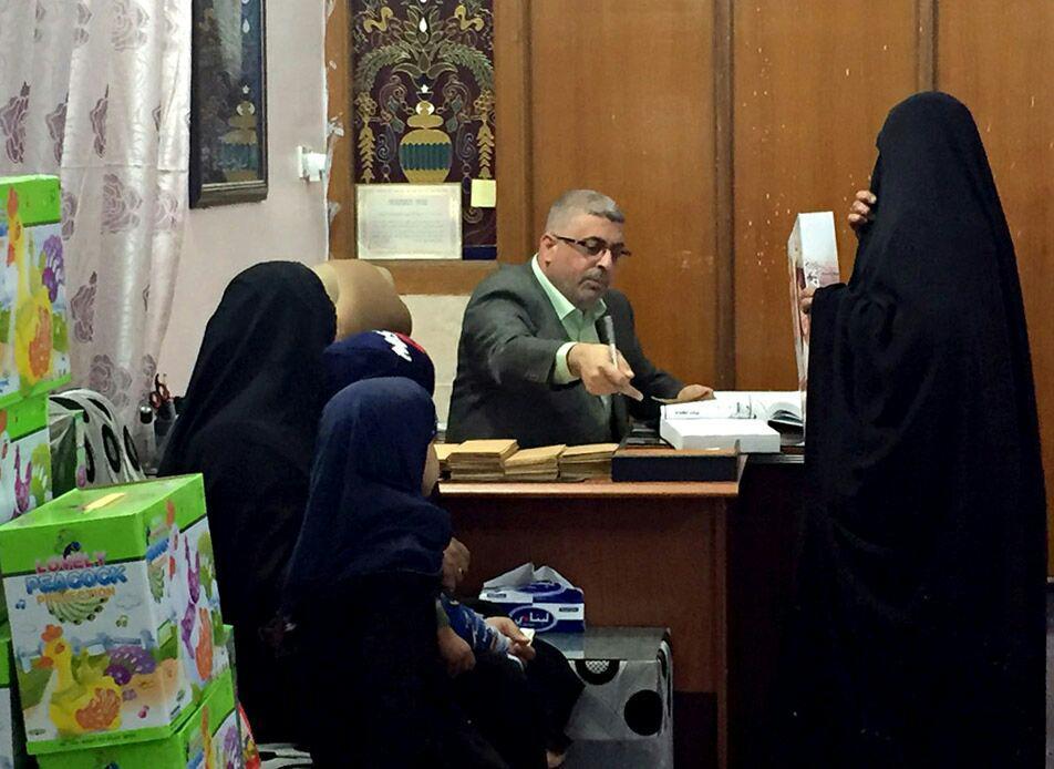 تصویر توزیع کمک های مادی در میان خانواده های ایتام، از سوی مراکز وابسته به مرجعیت