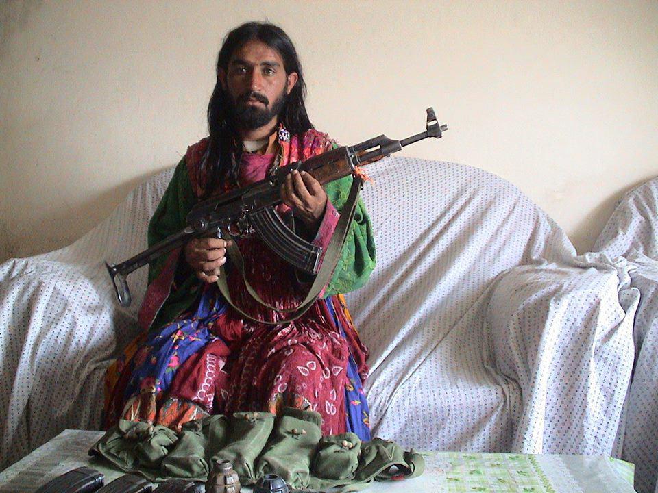 تصویر بازداشت یک تروریست در لباس زنانه در افغانستان