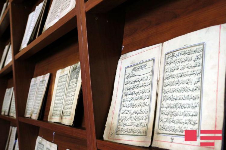 تصویر نمایش نسخههای قدیمی قرآن در باكو
